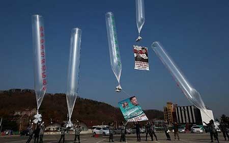 رسال بالن های تبلیغی بر ضد حکومت کره شمالی به همراه دی وی دی و دلار از نقطه مرزی کره جنوبی به سمت همسایه شمالی از سوی یک انجمن حقوق بشری کره جنوبی.jpg